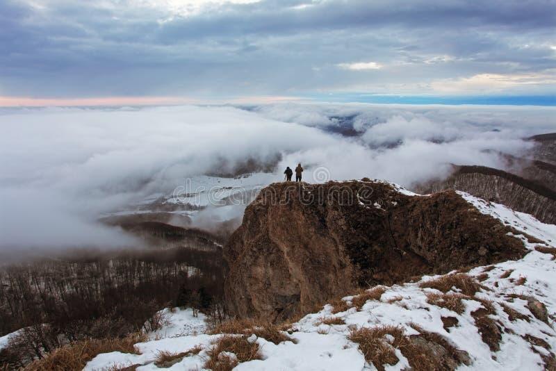 Montanha nebulosa no inverno com homem imagens de stock