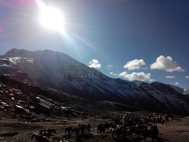 Montanha nevado com luz solar fotos de stock royalty free