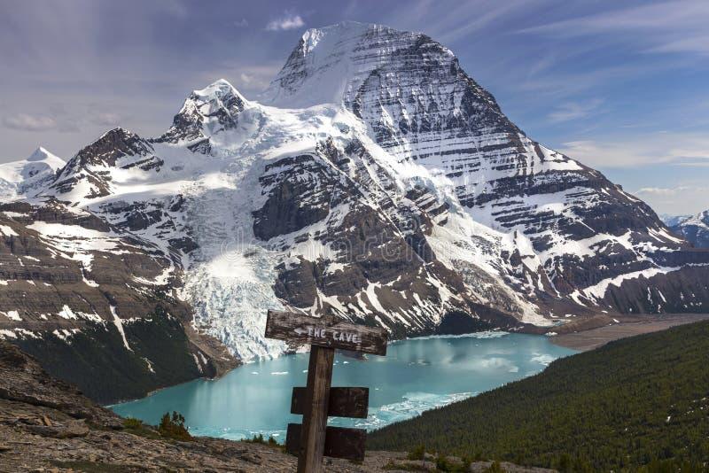 Montanha nevado Robson e paisagem cênico do lago berg que caminha o sinal imagens de stock