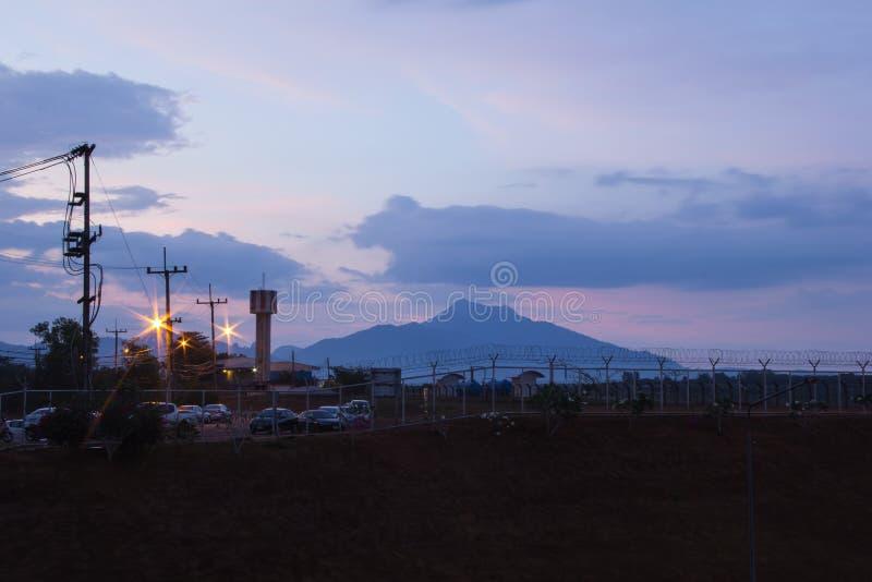 Montanha no aiport do krabi imagem de stock royalty free