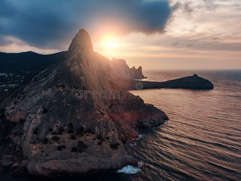 Montanha no mar, grande rocha no por do sol bonito e paisagem da natureza do seascape, vista panor?mica a?rea fotos de stock royalty free