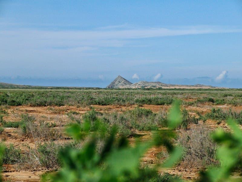 Montanha no meio do deserto colombiano imagens de stock royalty free