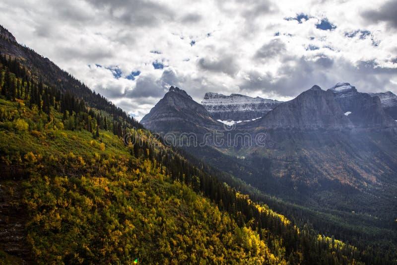 Montanha no parque nacional de Glaicer fotos de stock