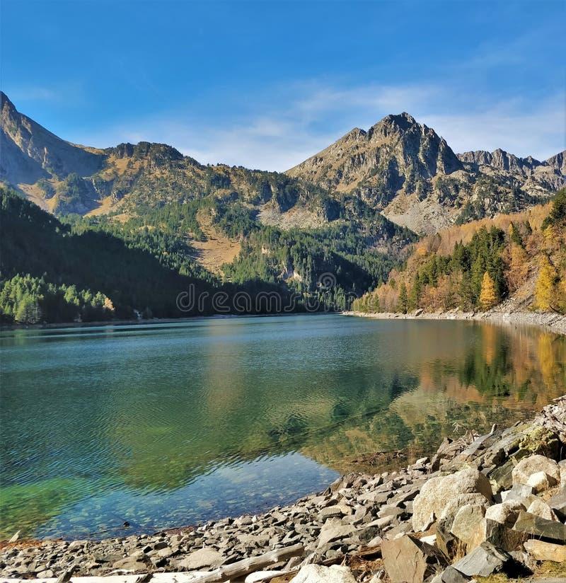 A montanha observa o lago fresco fotos de stock royalty free