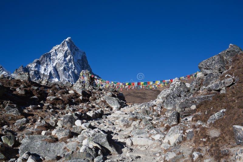 A montanha passa sobre a maneira ao acampamento base de Everest, Nepal imagem de stock
