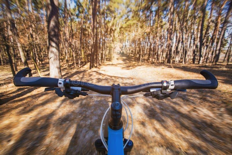 Montanha que biking abaixo do monte que desce rapidamente na bicicleta fotografia de stock royalty free
