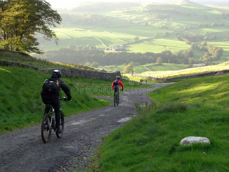 Montanha que Biking no Yorkshi imagens de stock