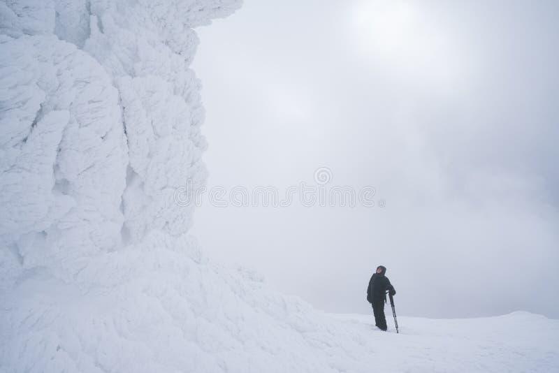 Montanha que caminha no inverno fotos de stock royalty free