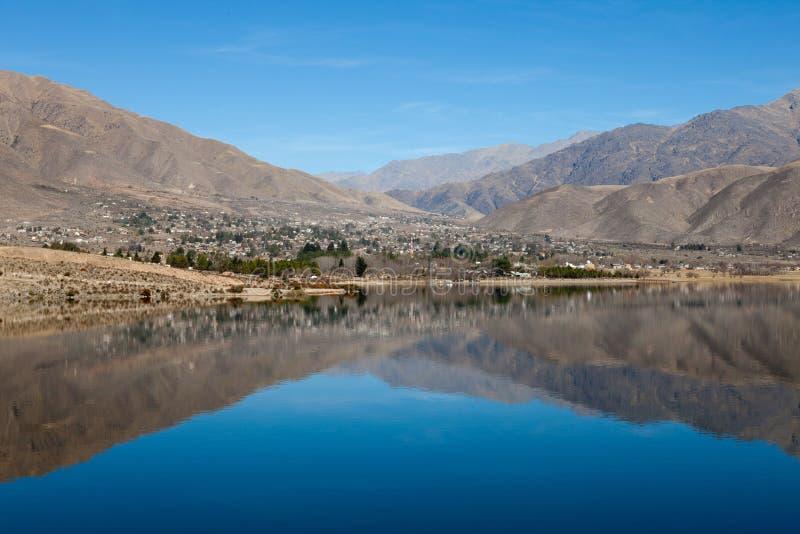 Montanha refletida no lago fotos de stock