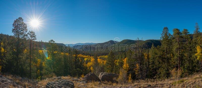Montanha, rio e três rochas imagens de stock