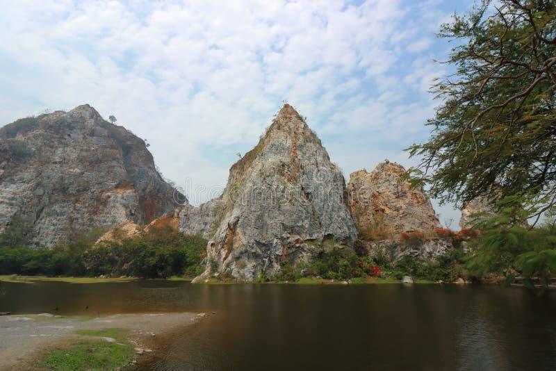 Montanha rochosa bonita com o lago da água do parque da pedra de Ngu do khao, Ratchaburi, Tailândia fotografia de stock