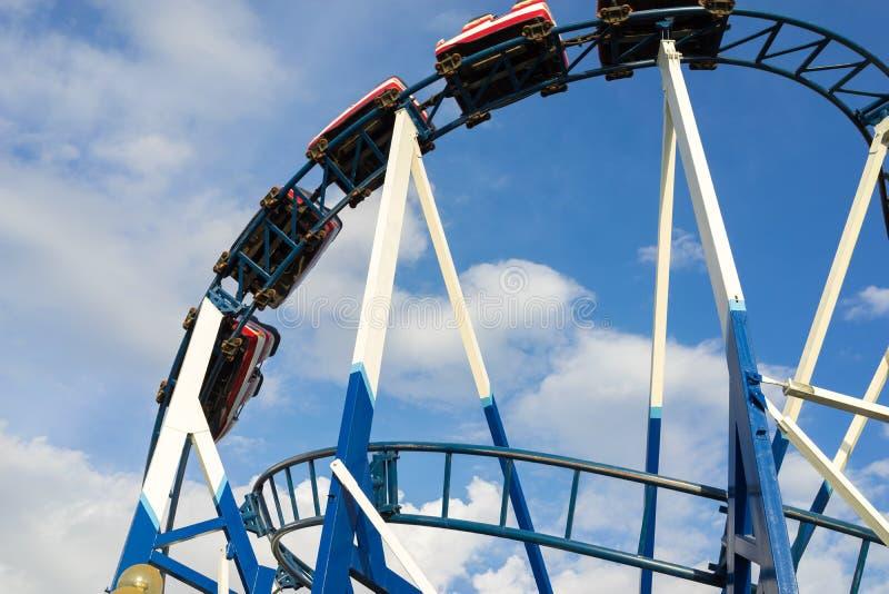 Montanha russa com o close up do céu azul fotografia de stock royalty free