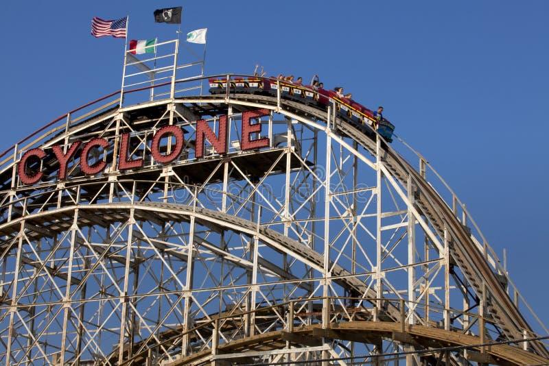 Montanha russa de madeira Coney Island do ciclone famoso, Brooklyn, New York City foto de stock