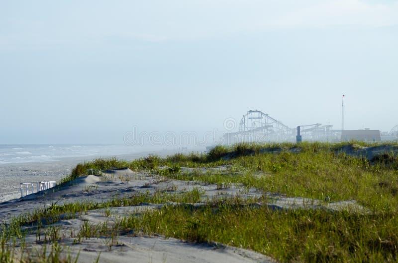 Montanha russa em uma praia imagens de stock