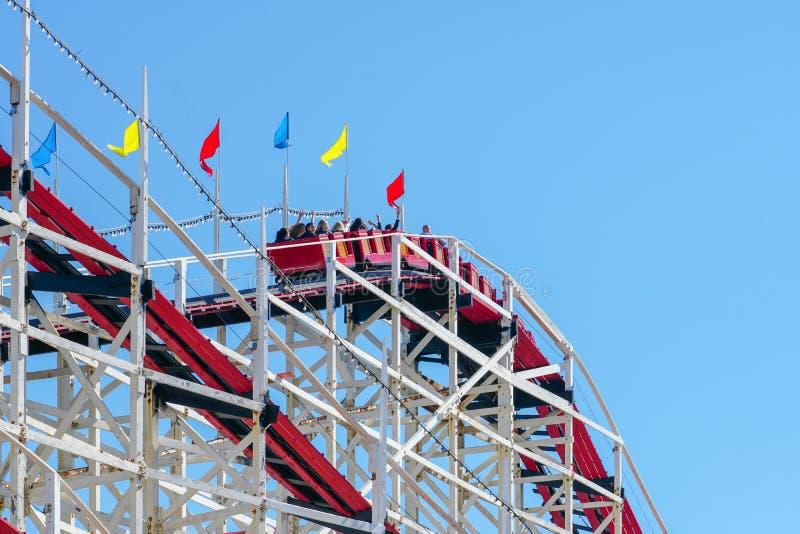 Montanha russa gigante icónica do Dipper em Belmont Park, San Diego, EUA imagens de stock royalty free