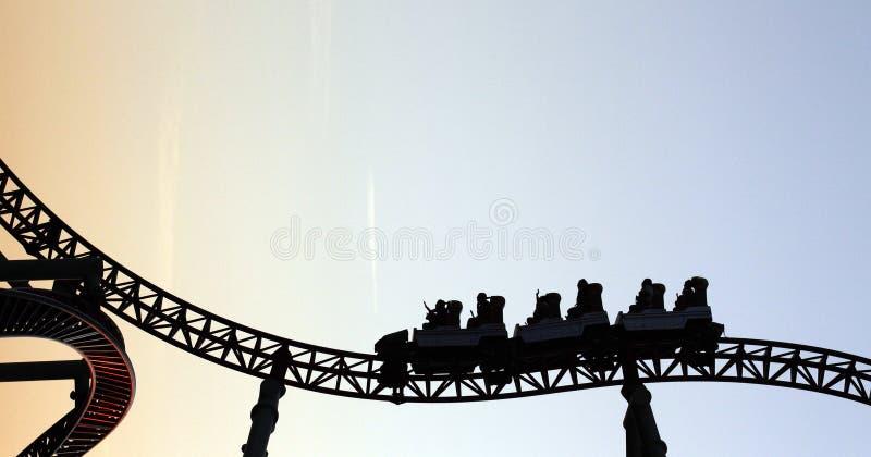 Montanha russa no parque de diversões