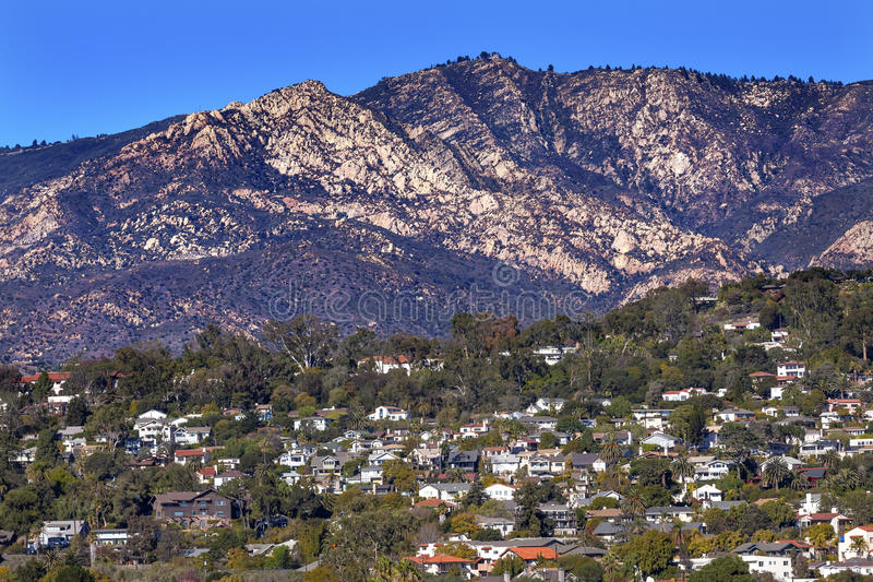 Montanha Santa Barbara California dos subúrbios das casas foto de stock