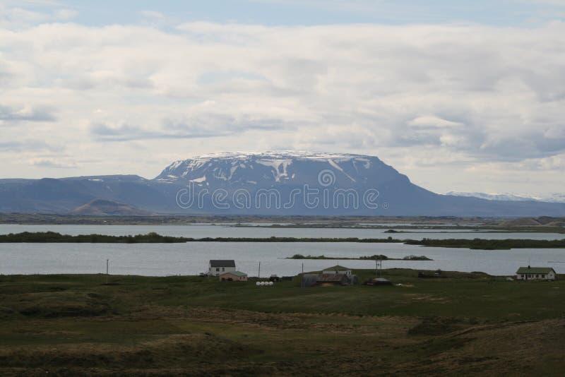 Montanha tampada neve em Islândia imagens de stock royalty free