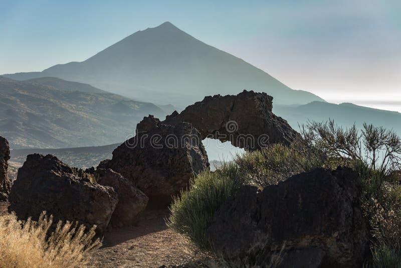 Montanha Teide, tempo do por do sol C?u azul brilhante Parque nacional de Teide, Tenerife, Ilhas Can?rias, Spain foto de stock