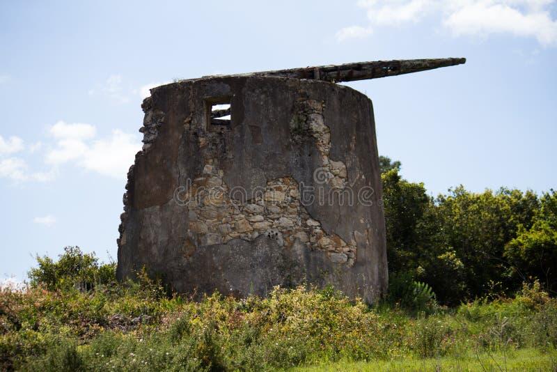 Montanha velha do moinho de vento em Portugal foto de stock royalty free