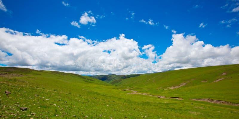 Montanha verde, nuvem branca e céu azul imagens de stock royalty free