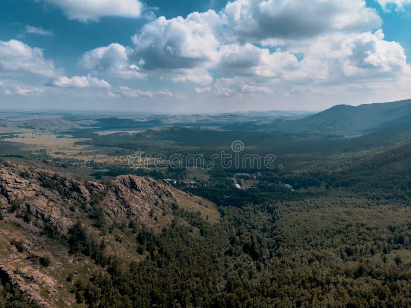 Montanhas à proximidade do lago Bannoe, república Bashkortostan, Rússia imagens de stock royalty free