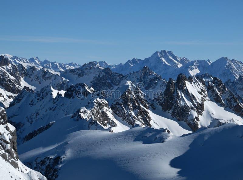 Montanhas ásperas no inverno imagem de stock