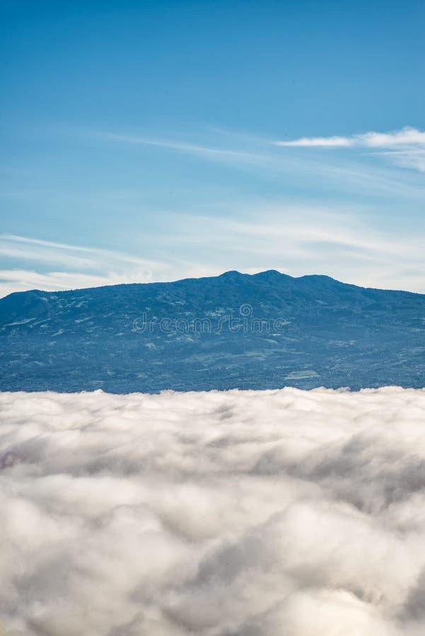 Montanhas acima das nuvens fotos de stock royalty free
