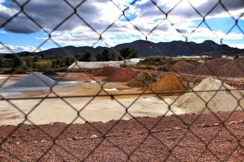 Montanhas agregadas da construção colorida em Alicante, Espanha fotografia de stock royalty free