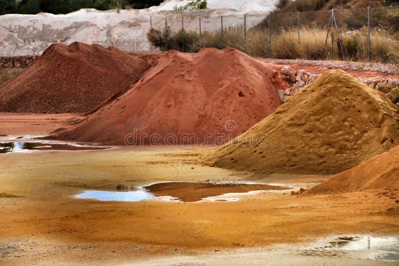 Montanhas agregadas da construção colorida em Alicante, Espanha imagens de stock royalty free