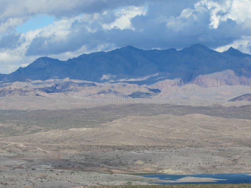 Montanhas além do hidromel do lago imagem de stock royalty free