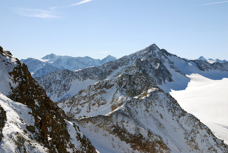 Montanhas alpinas do inverno fotos de stock
