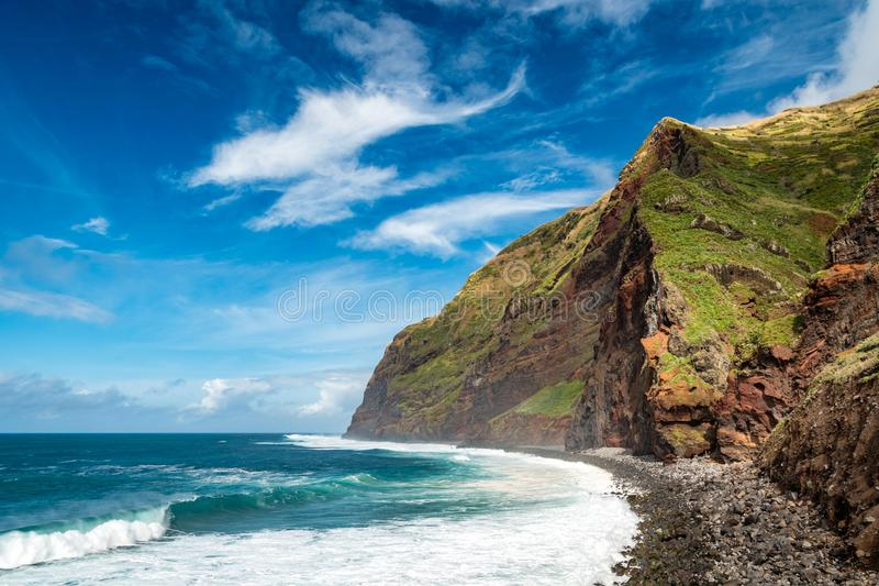 Montanhas altas da costa com grandes ondas, Calhau DAS Achadas, ilha de Madeira, Portugal foto de stock