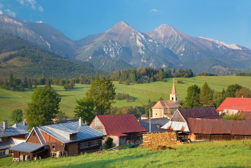 Montanhas altas de Tatras - de Belianske Tatry e vila de Zdiar fotos de stock
