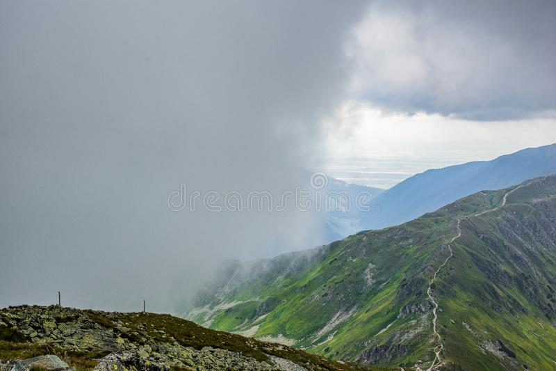 Montanhas altas de Tatras, Eslováquia no verão com nuvens fotos de stock royalty free