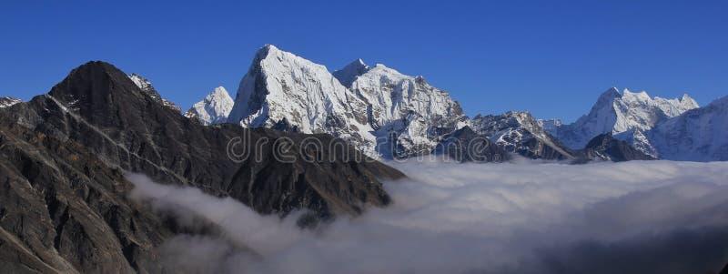 Montanhas altas dos Himalayas, vale de Gokyo foto de stock