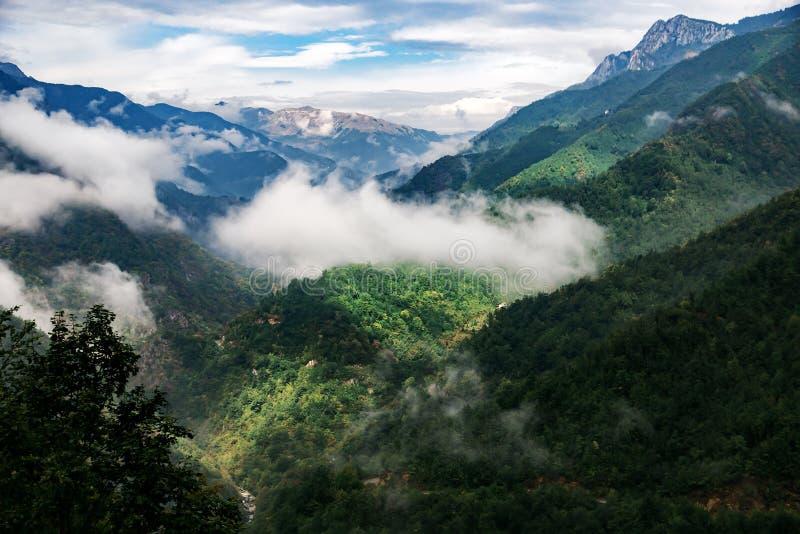 Montanhas altas e nuvens, paisagem bonita da natureza foto de stock royalty free