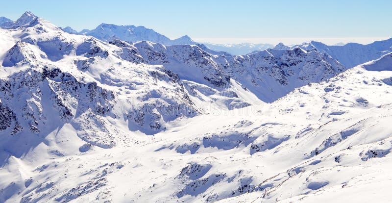 Montanhas altas sob a neve no inverno Incline-se no recurso de esqui, cumes europeus imagens de stock royalty free