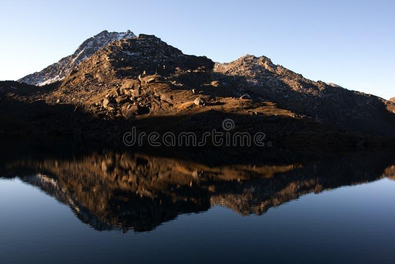 Montanhas antes do lago imagem de stock