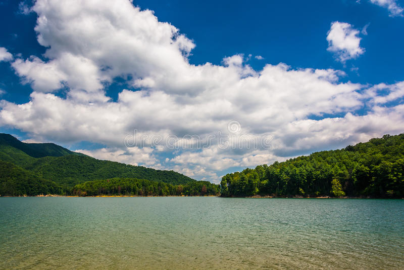 Montanhas ao longo da costa do lago Watauga, no nacional Cherokee imagem de stock royalty free