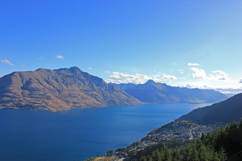 Montanhas ao redor do lago Wakatipu em rainha, novo zealand fotografia de stock