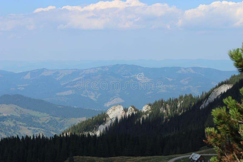 Montanhas até o céu foto de stock