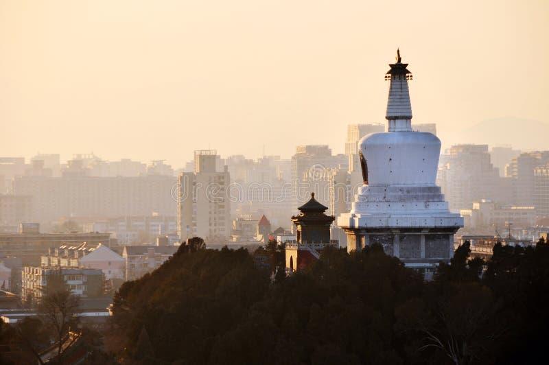 Download Montanhas Do Por Do Sol De Beihai Stupa Foto de Stock - Imagem de cidade, arquitetura: 29839258