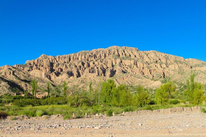 Montanhas bonitas da areia acima da floresta verde imagens de stock