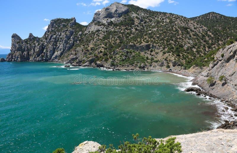 Montanhas bonitas e mar azul em Crimeia, natureza e curso, vista bonita da elevação Vila de Novy Svet fotos de stock royalty free