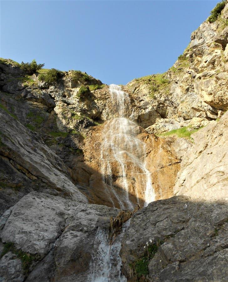 Montanhas bonitas e opinião da cachoeira fotos de stock