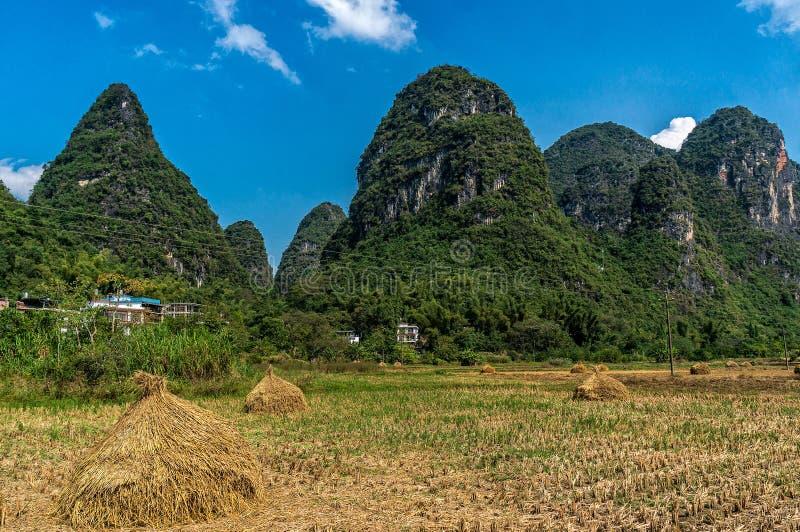 Montanhas bonitas no campo de Yangshuo foto de stock
