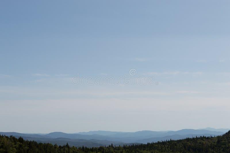 Montanhas brancas Sit Under um céu azul do verão fotografia de stock