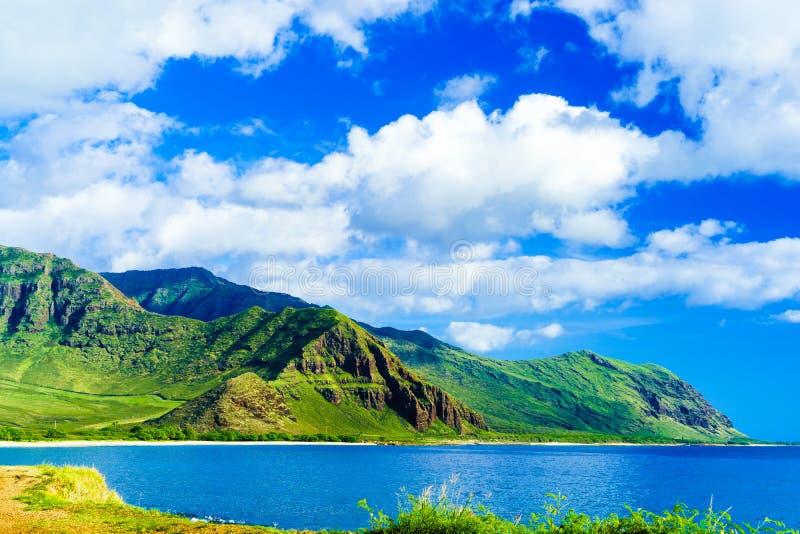 Montanhas cênicos e água claro imagens de stock royalty free