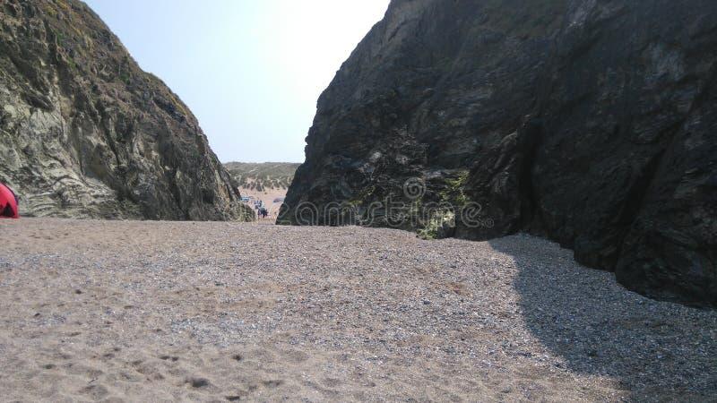 Montanhas córnicos da praia em um dia de verões imagem de stock royalty free